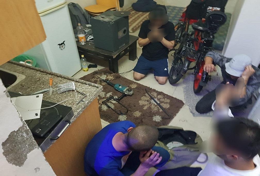 5 חשודים נתפסו בזמן שהם מנסים לפרוץ כספות של בית עסק