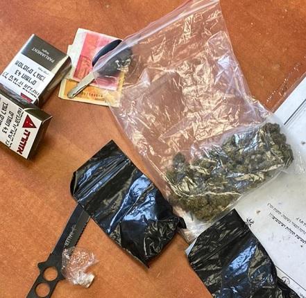 באשקלון נעצר נהג בחשד לנהיגה ללא רישיון והתחזות לאחר - ברכבו אותרו סמים וסכין