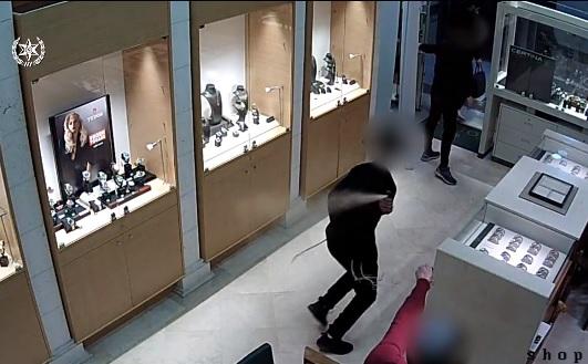 הצהרת תובע הוגשה כנגד גבר בגין שוד של חנות שעוני יוקרה ברעננה