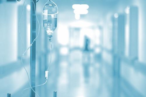 תקף באגרופים ובעיטות את פקיד הקבלה בקופת החולים וירצה 14 חודשי מאסר